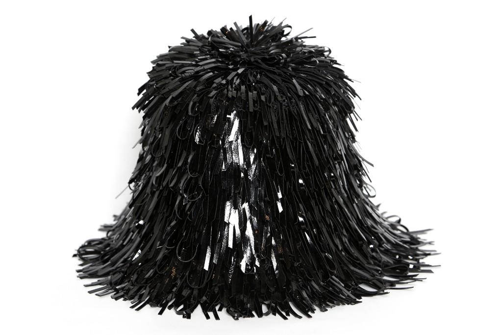 cartera de balenciaga con flecos negros que parece el tio cosa
