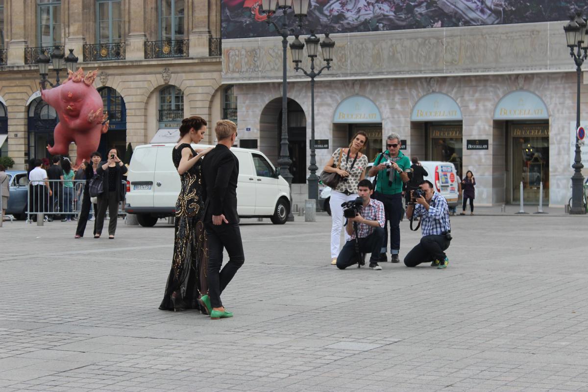 Jorge Ibañez y Elina Fernandez posan en Place Vendôme, Paris