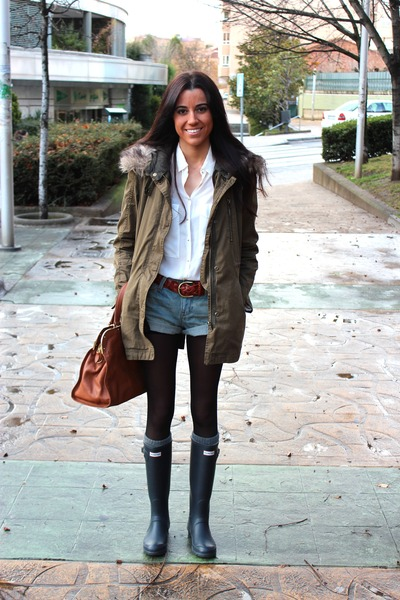 navy-hunter-boots-dark-green-zara-coat-brown-massimo-dutti-bag_400