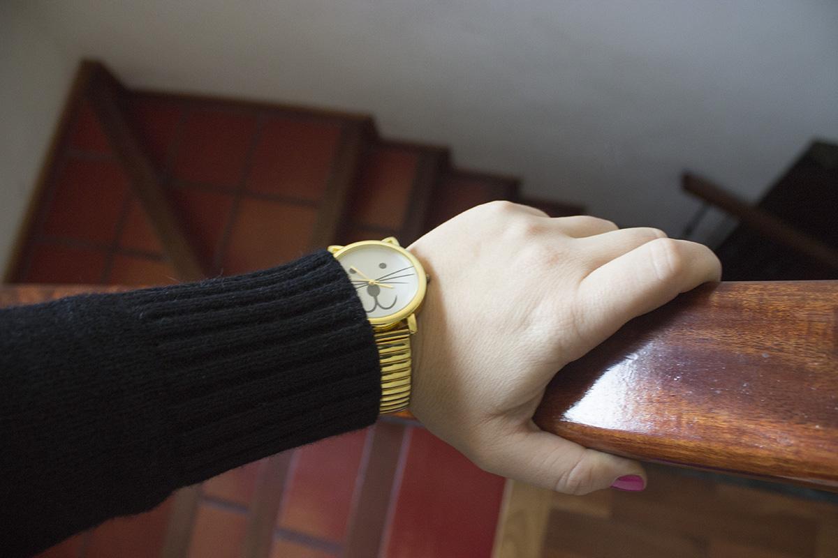 Cardigan con detalles y un reloj de gatito.