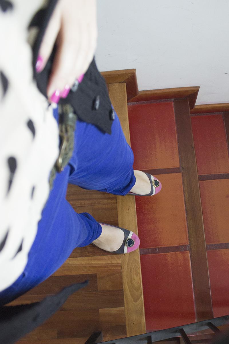 Blusa a lunares, Zara. Cinto trenzado, Wanama. Pantalón, H&M. Cardigan, Jazmin Chebar.