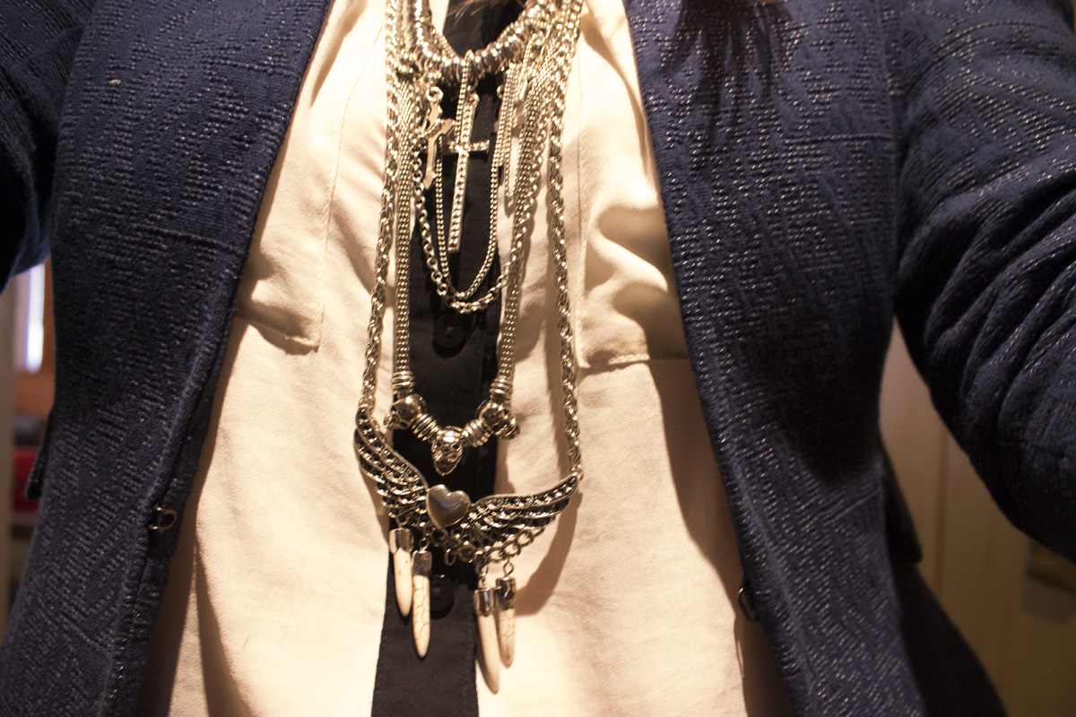 Detalle: Camisa, Divided by H&M. Blazer, H&M. Collar, Mes Lubies.