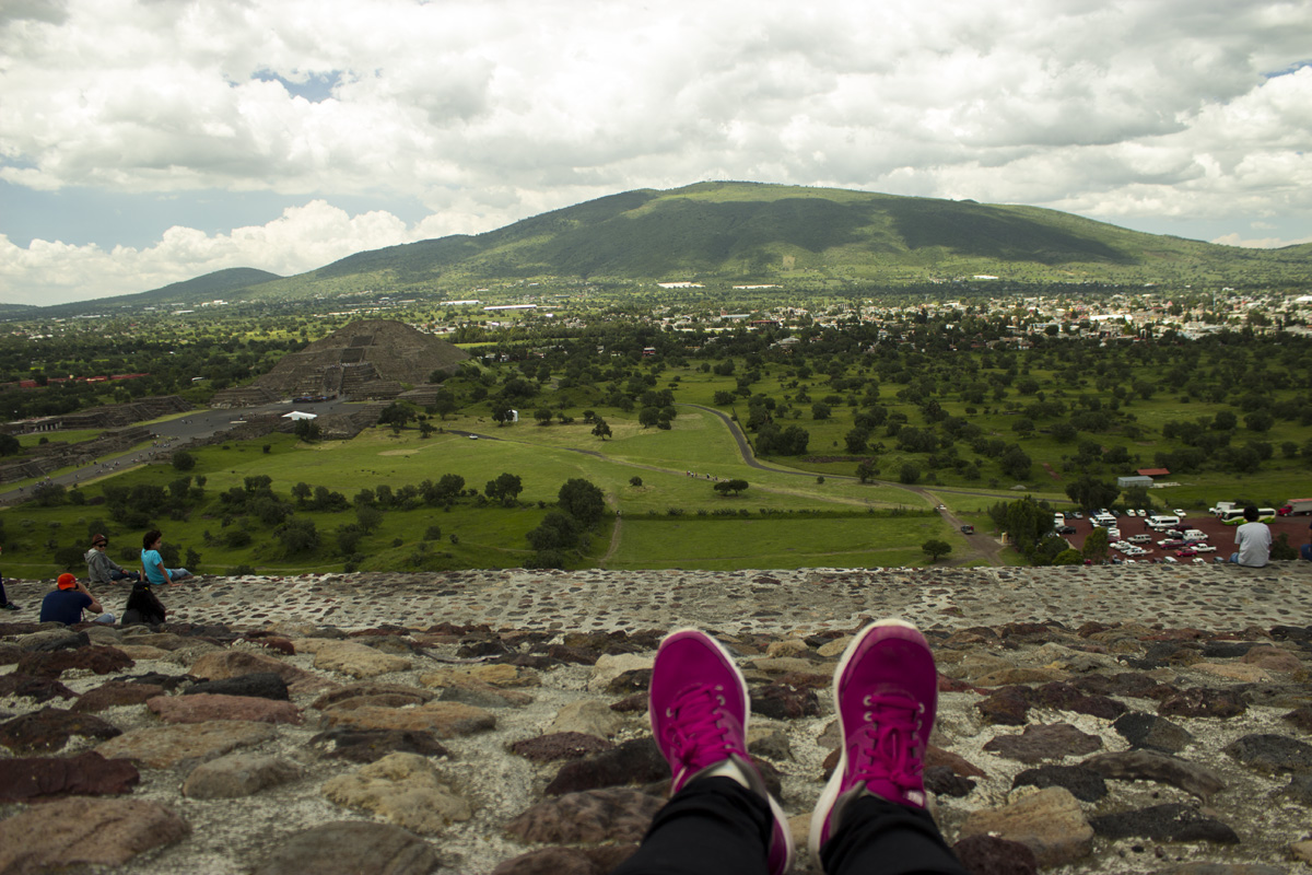 La vista desde la Pirámide del Sol. Jeans, H&M. Zapatillas, Nike.