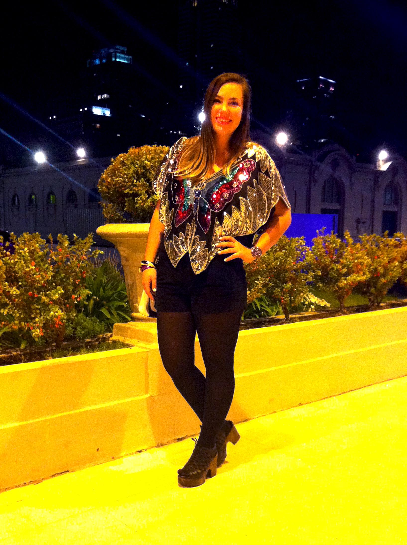 I'm wearing - Poncho de mariposa, Forever 21. Short, Jazmin Chebar. Pulseras, H&M. Reloj, Swatch. Plataformas, Paruolo. Fashion blogger. bloguera argentina