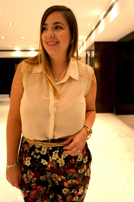 Get the look: camisa con flecos, Cuesta Blanca. Pantalón floreado, Complot. Cadena dorada, Tucci. Aros, India Style. Reloj dorado, Michael Kors.