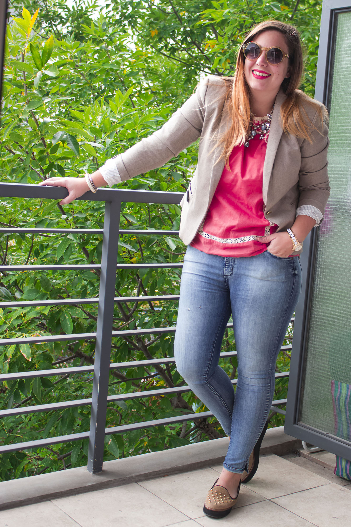 Get the look: Jeans, Las Pepas. Blusa, Wanama. Blazer, Zara. Collar, Zara Paris. Panchas, Lucerna. Sobre, Besha. Gafas, Infinit. Reloj, Michael Kors.