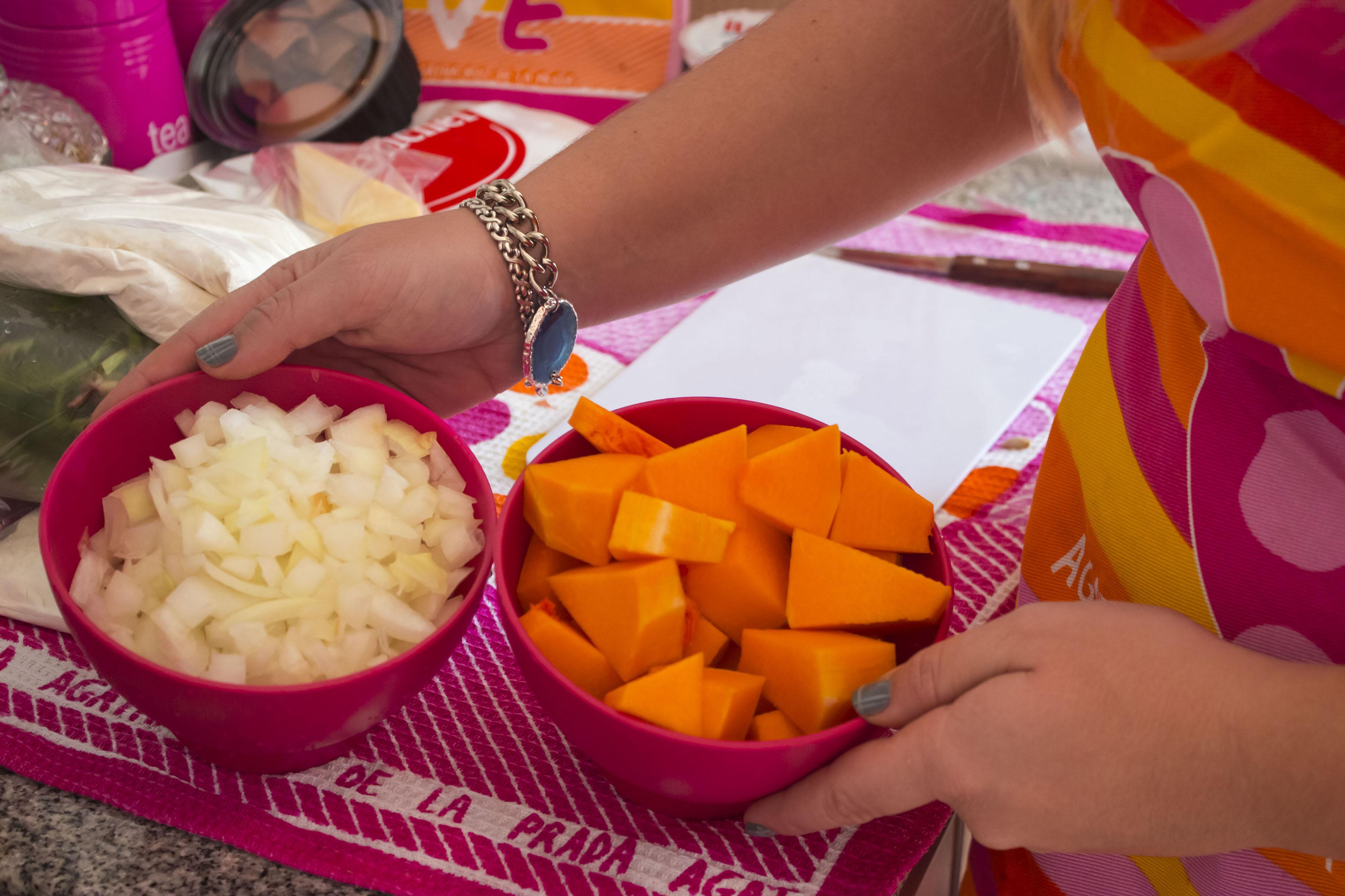 Cebolla y zapallo cortados y listos para cocinar