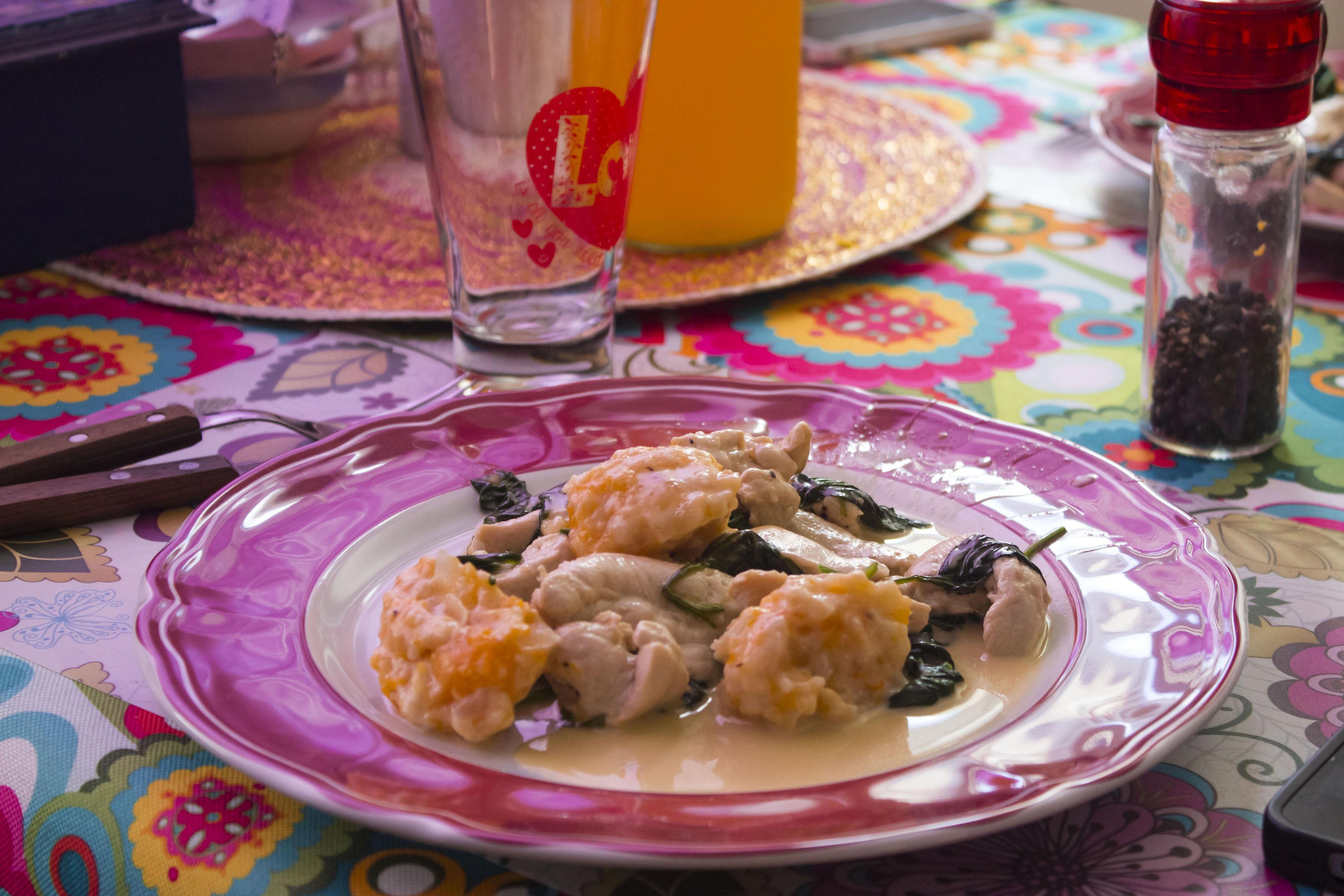 La mesa está servida. Comida, bebida, pimienta y buena compañía.