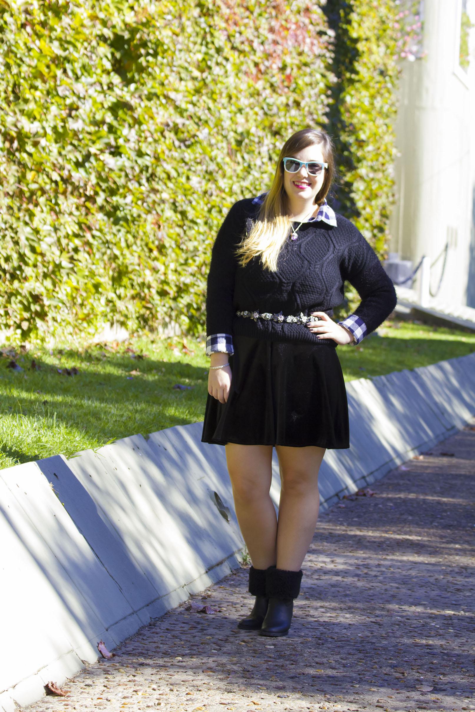 Get the look: Camisa a cuadros, Koxis. Cinturón de flores, Zara. Falda, Complot. Sweater, Koxis. Botitas, Viamo. Collar, Mas Negro. Gafas, Infinit.