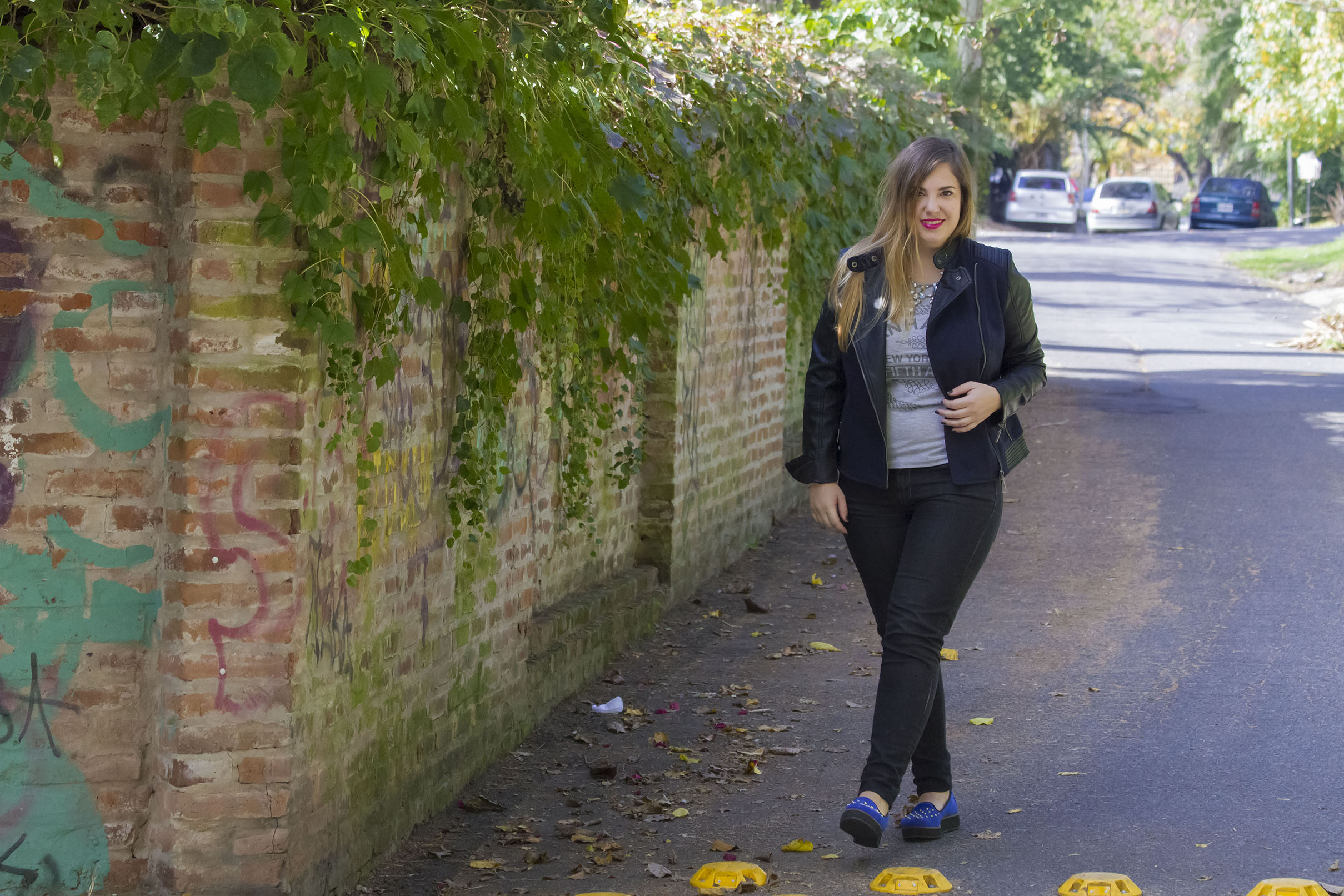 Get the look: Jeans, Jazmín Chebar. Remera, Portsaid. Zapatos con tachas, Lucerna. Campera, Koxis. Collar Zara.