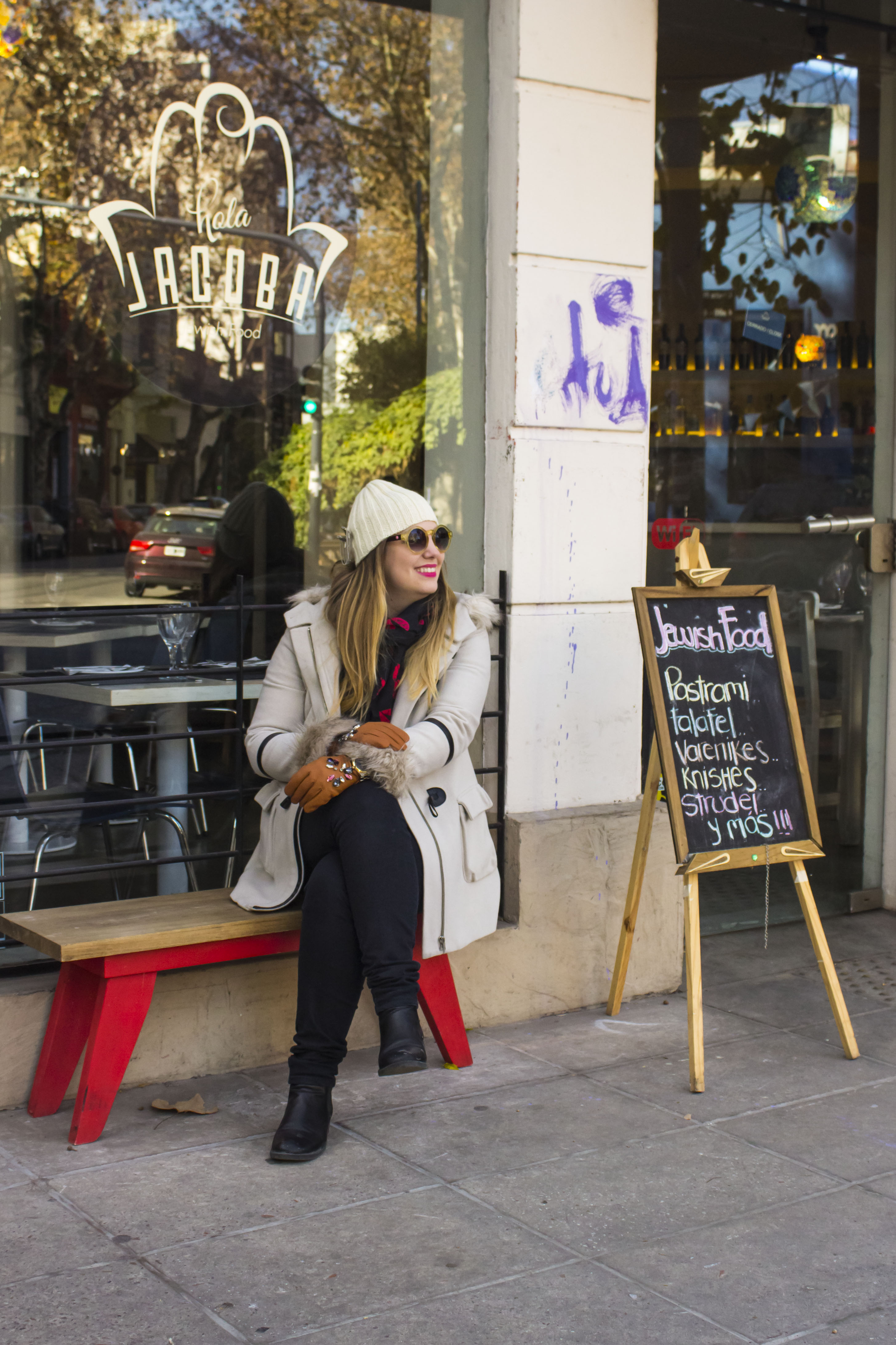 Get the look: Camisa, jeans, botas, pañuelo de besos, H&M. Reloj, Michael Kors. Anteojos de sol, Infinit. Sweater, Koxis. Guantes, Zara. Broche en gorrito, Mes Lubies.