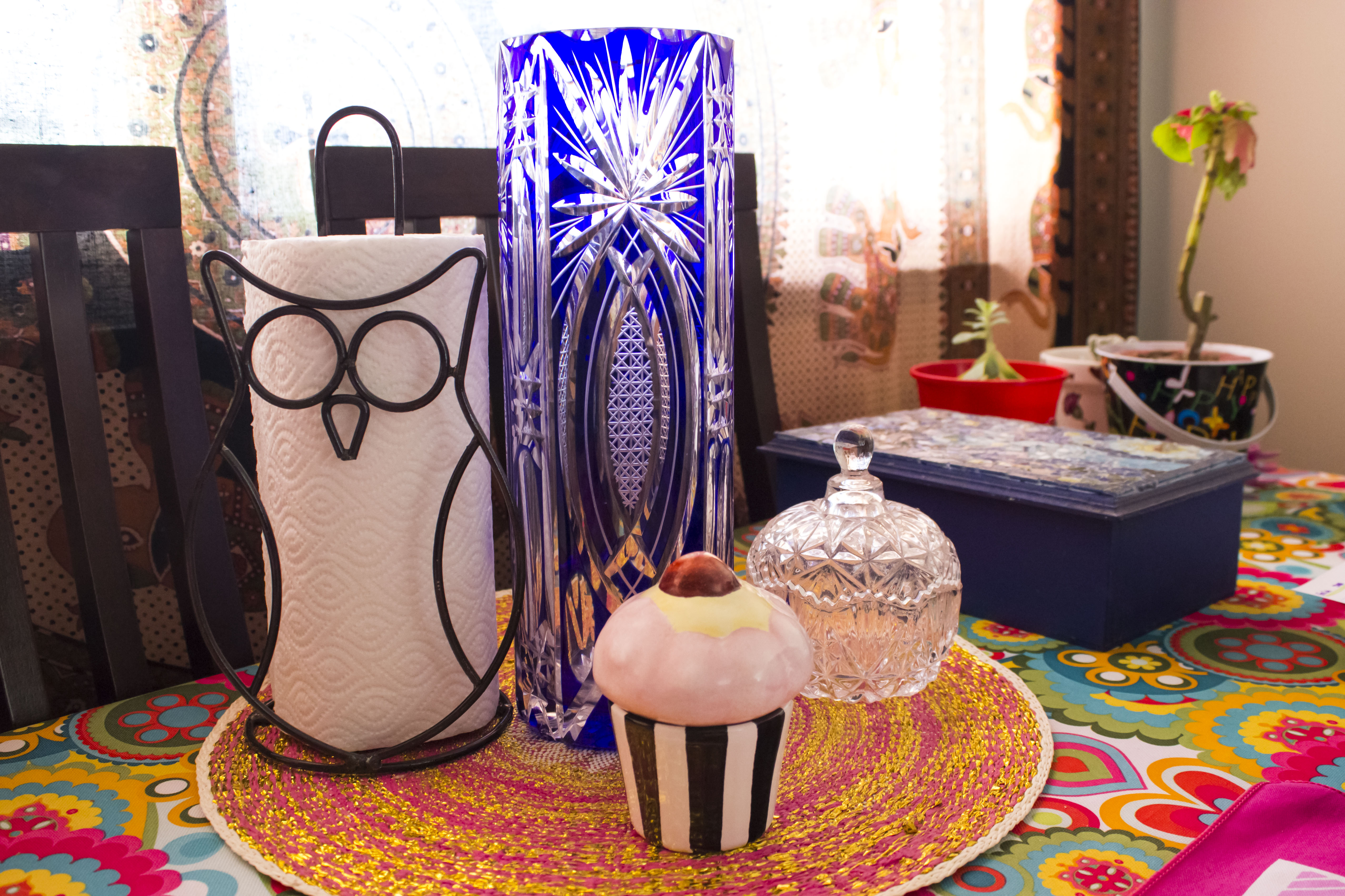 Portarollo de Acabajo, Centro de mesa de Falabella, Florero de mi abuela, caramelera de un bazaar, caja de te y cupcake por Susy T.