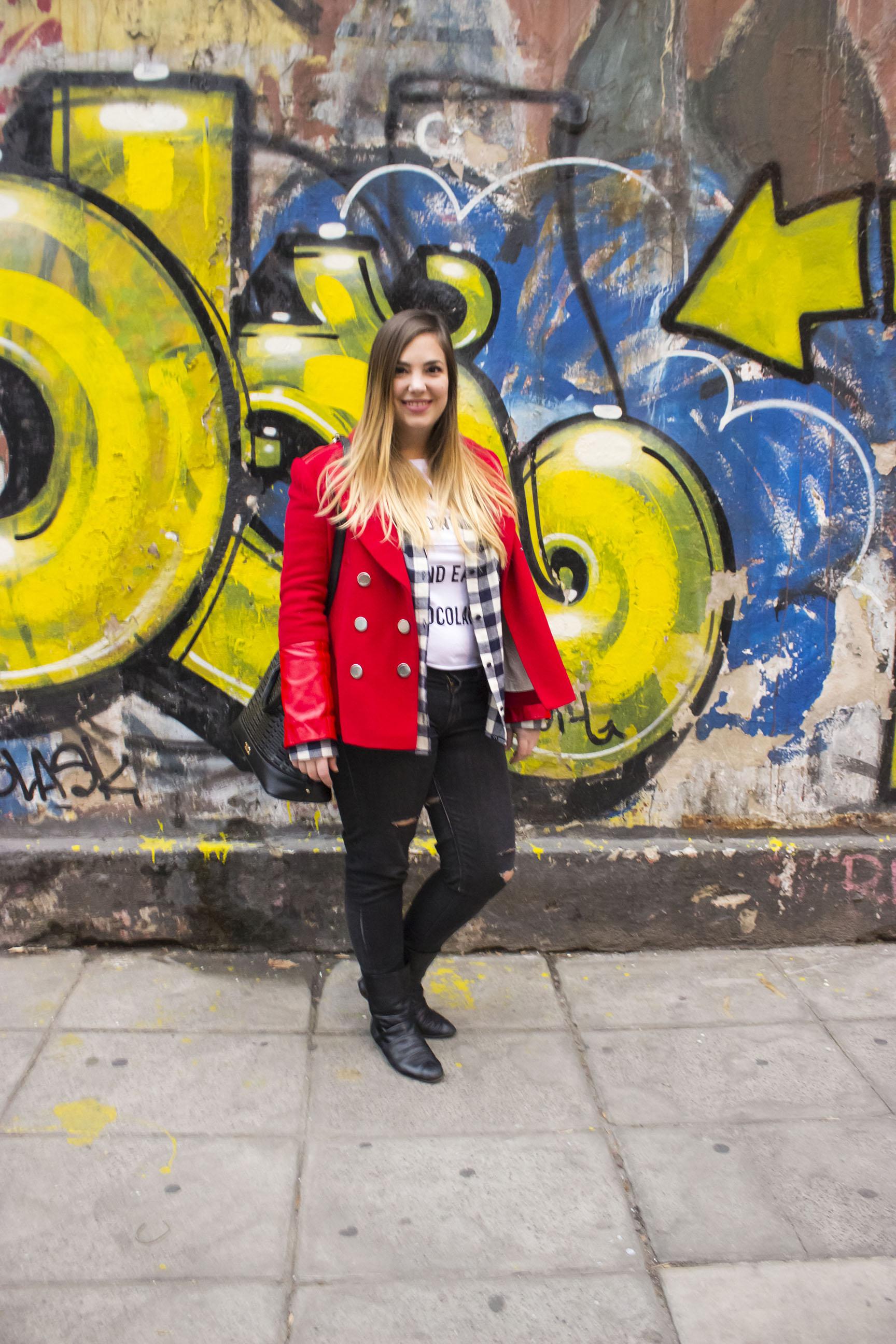 Get the look: Remera, Muaa!. Tapado, Jazmin Chebar. Jeans vintage. Botas, H&M. Reloj, Michael Kors. Cartera, XL Extra Large.