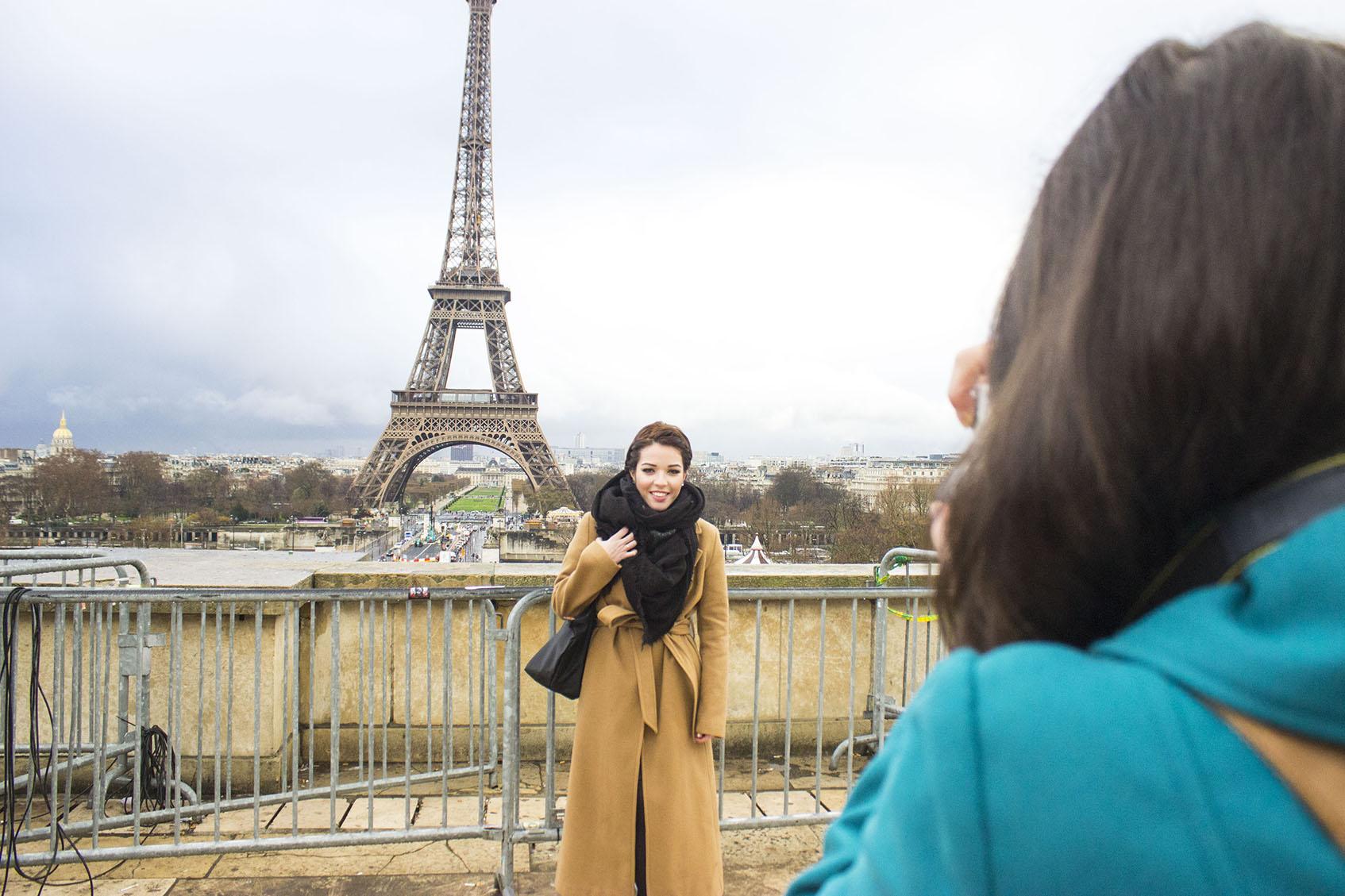 Backstage de Youtubers preparando sus fotos parisinas.