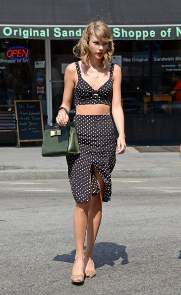 Taylor+Swift+Taylor+Swift+Wears+Tiny+Crop+2JKmpFcu-vll