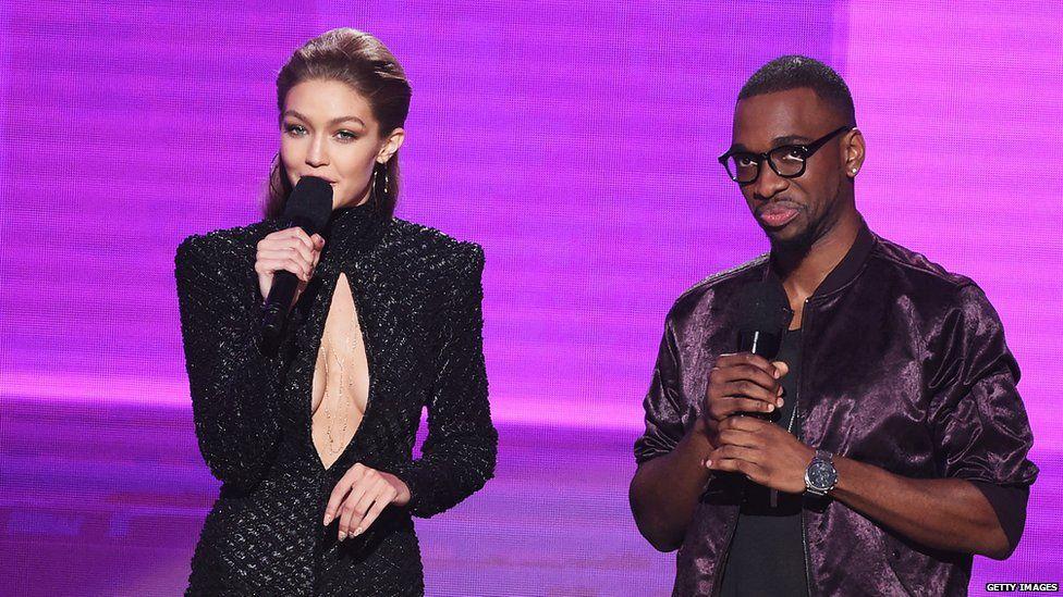 Los presentadores de la noche, Gigi Hadid y Jay Pharaoh