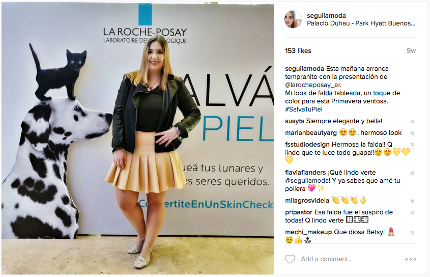 Para un evento de La Roche-Posay con una falda tableada beige de Zara, loafers snake de H&M, camisita negra y campera azul con detalles en cuero de Koxis.