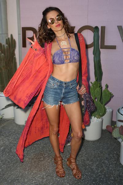 Alessandra Ambrosio la lleva estampada, en violeta y atada al cuello
