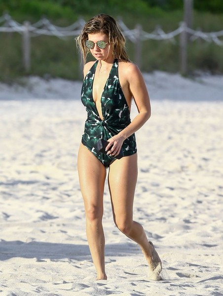 Chanel West Coast en Miami con una enteriza estampada y de escote profundo