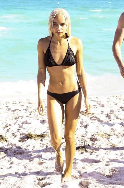 Zoe Kravitz tambien en Miami Beach, con una bikini que parece negra simple pero en el corpiño tiene pequeños tajos que dejan ver la piel